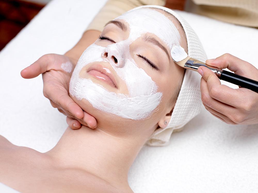 Gesichtsbehandlung: Verwöhnprogramm für Gesicht & Dekolleté.